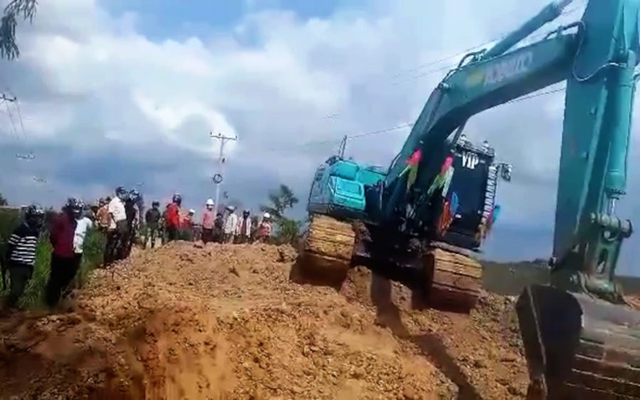 An excavator digs a ditch in a road leading to land disputants' homes and farmland near the new Phnom Penh airport project in Kandal province's Kandal Stung district, on September 1, 2021. (Supplied)
