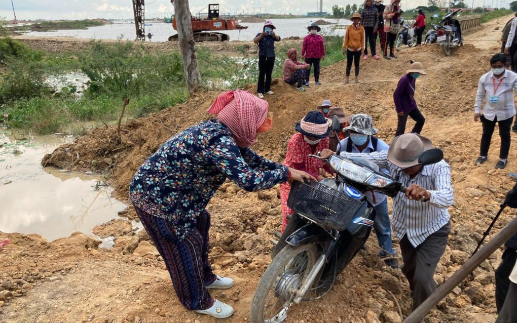 Villagers created a path through the newly dug ditch by the afternoon, in Kandal province's Kandal Stung district on September 1, 2021. (Ananth Baliga/VOD)