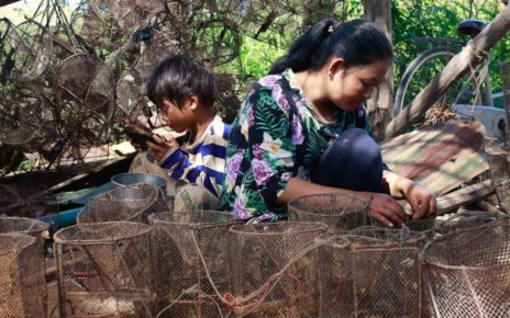 A fishing family in Siem Reap province in June 2021. (Mech Choulay/VOD)