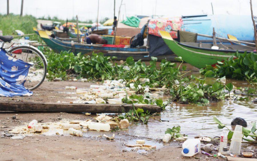 Plastic trash on Phnom Penh's Chroy Changva shore on September 15, 2021. (Michael Dickison/VOD)