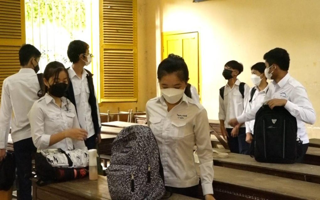 Students return to the classroom at Phnom Penh's Preah Sisowath High School on September 15, 2021. (Hy Chhay/VOD)