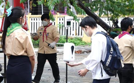 A student enters the campus of Phnom Penh's Preah Sisowath High School on September 15, 2021. (Hy Chhay/VOD)