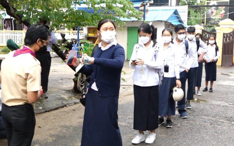 Students return to school at Phnom Penh's Preah Sisowath High School on September 15, 2021. (Hy Chhay/VOD)