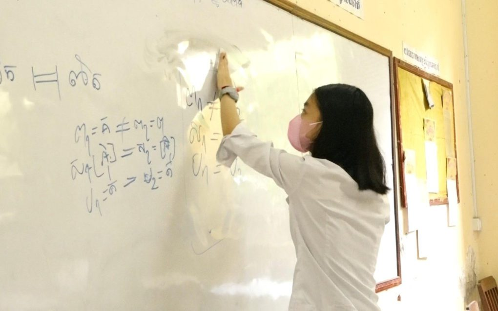 Teaching resumes in a classroom at Phnom Penh's Preah Sisowath High School on September 15, 2021. (Hy Chhay/VOD)