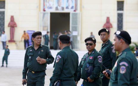 Police officers stand guard at the Supreme Court in Phnom Penh, Cambodia, November 16, 2017. (Samrang Pring/Reuters)
